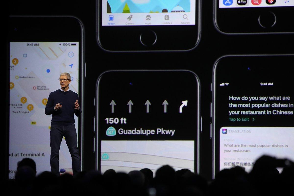 iOS 11を発表するアップルCEOティム・クック氏。