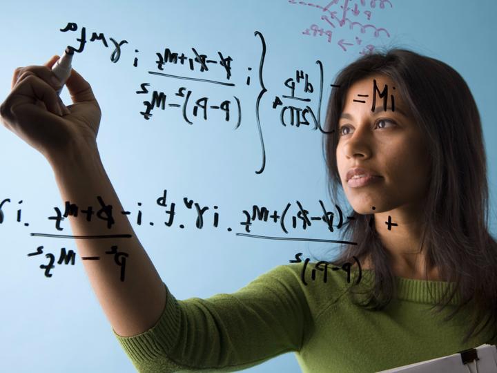 数式を解く女性