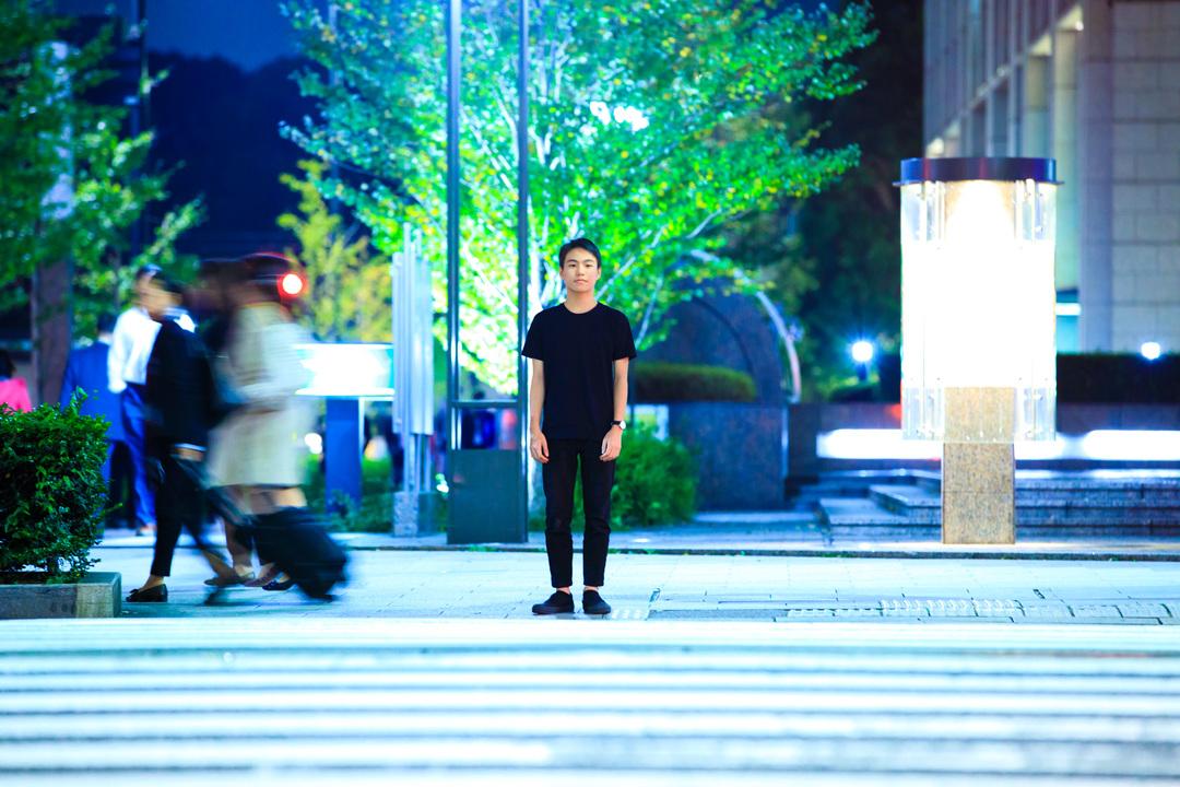 東京・丸の内の交差点に佇む、山内さん。