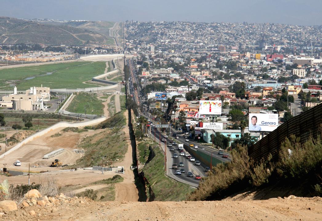 国境のフェンス。左はサンディエゴの国境監視事務局、右はメキシコ・ティファナ。