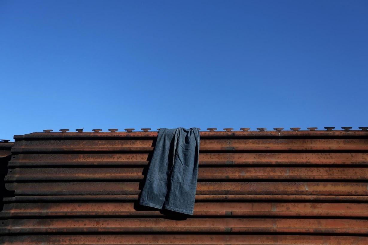 スチールフェンスに干された洗濯物