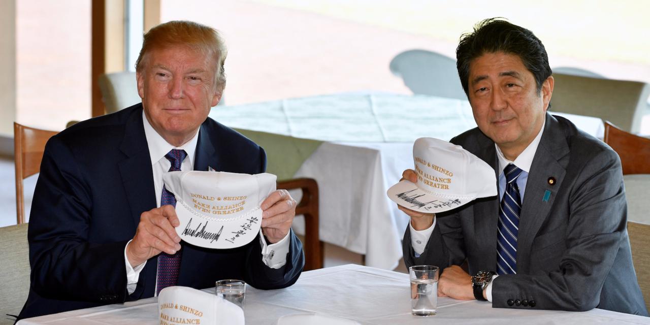 記念帽子を持って記念撮影に応じるトランプ大統領と安倍総理