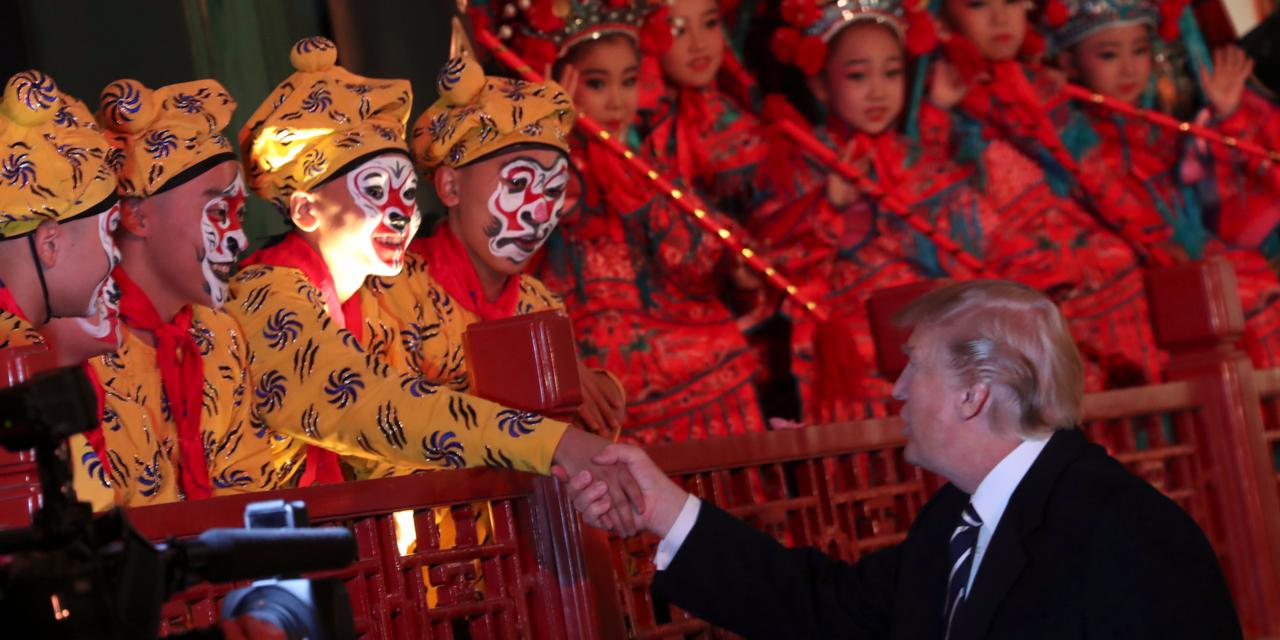 パフォーマーと握手するトランプ大統領