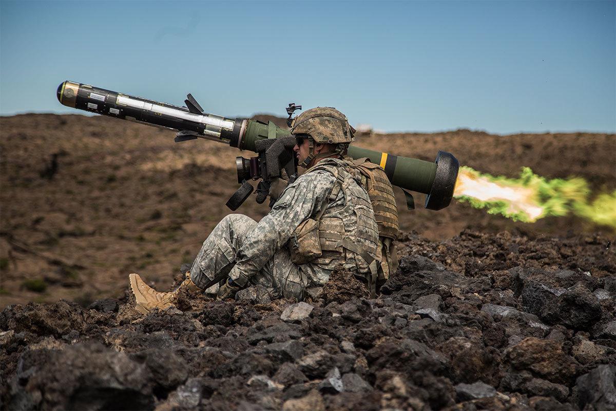 対戦車ミサイル「ジャベリン」を発射する兵士