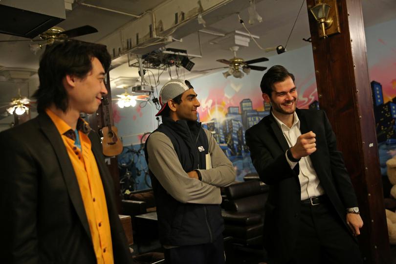 談笑する3人の男性
