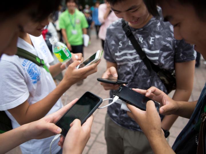 スマートフォンを使う若者たち