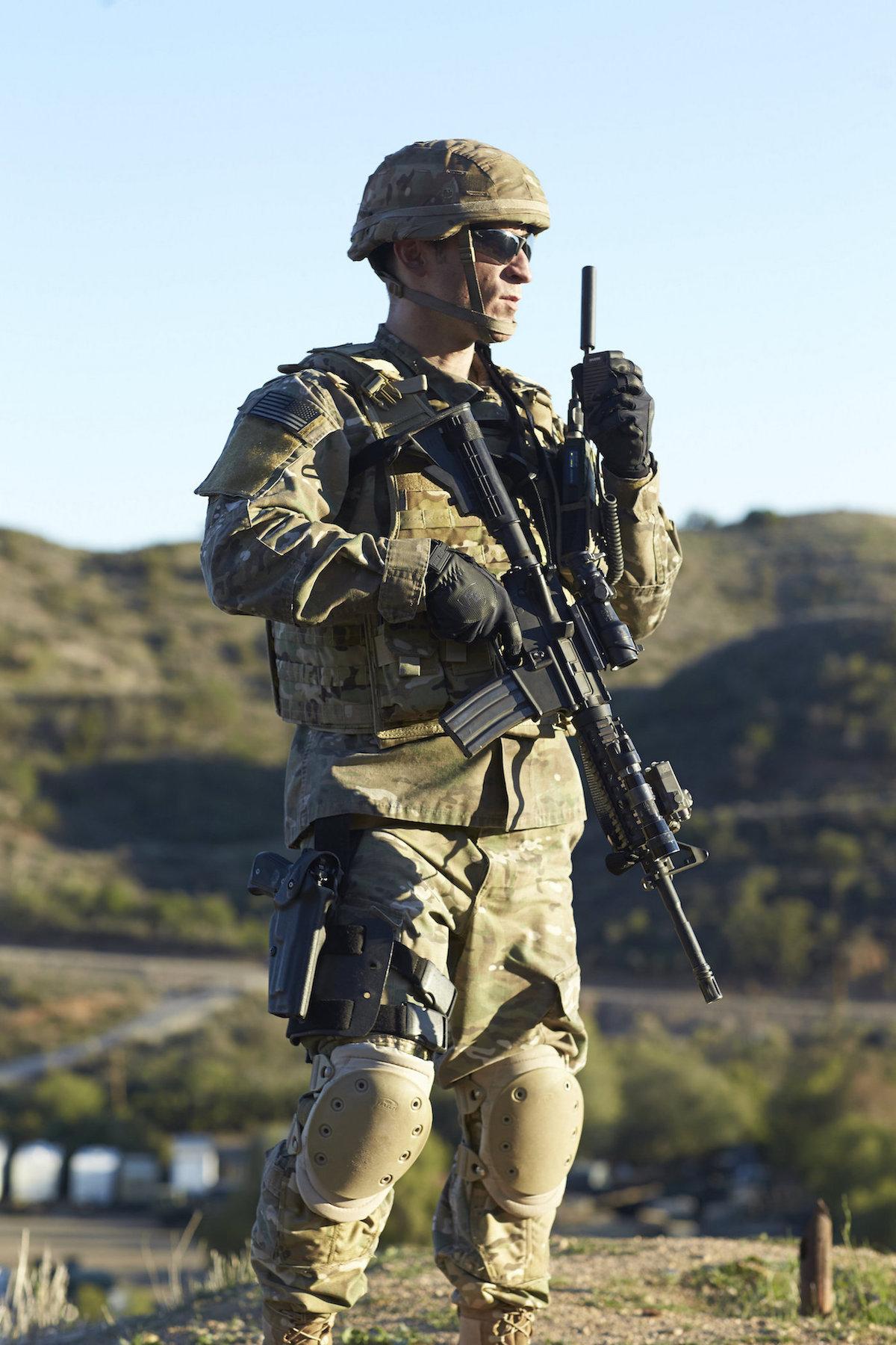 ファルコン無線機を使う兵士