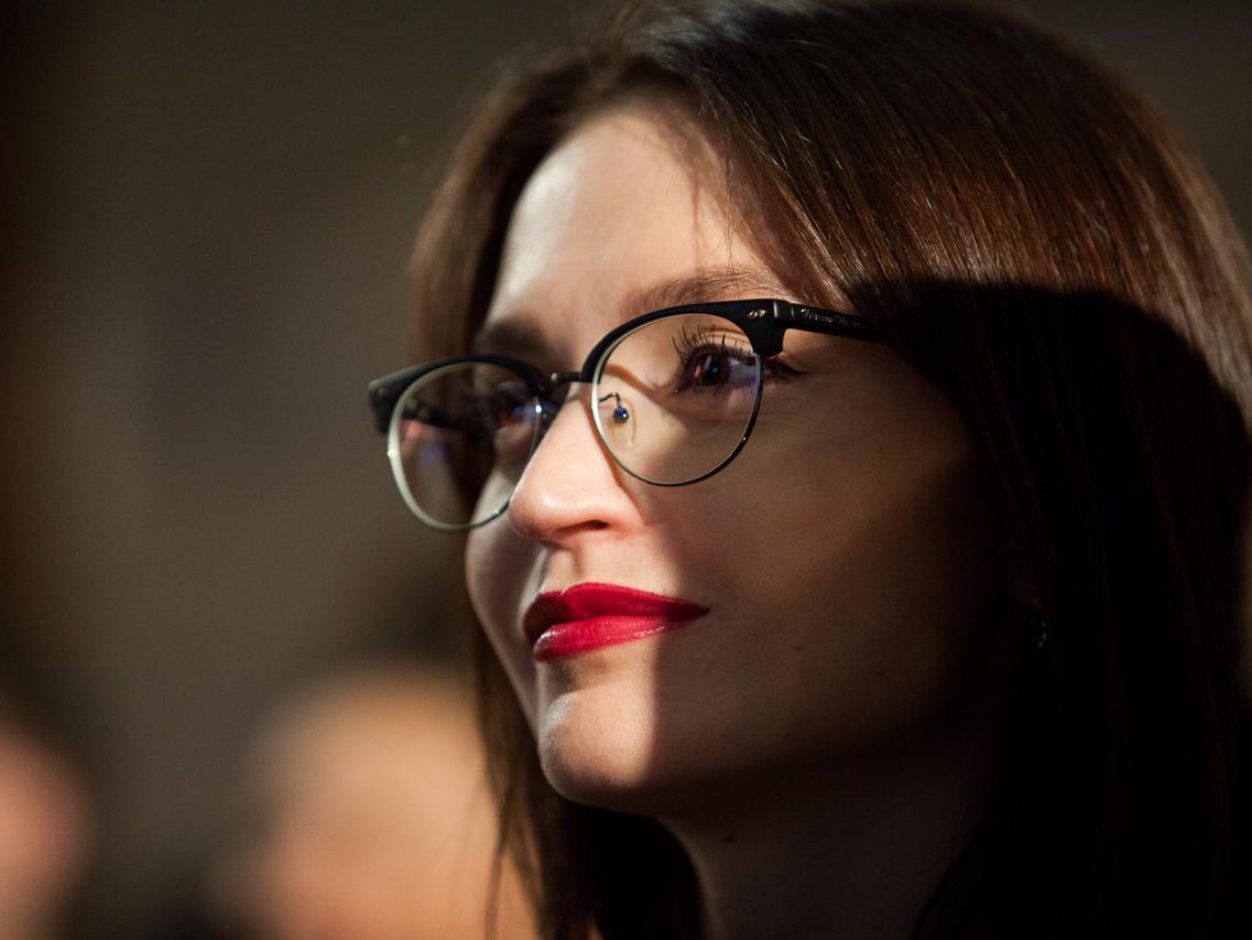 眼鏡をかけた女性の顔