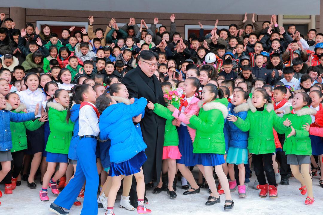 子どもたちと交流する金正恩朝鮮労働党委員長