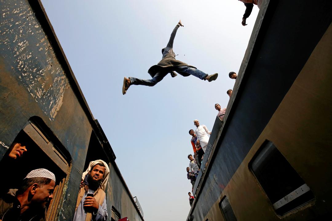 列車から列車に飛び移る乗客