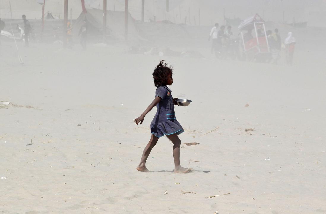 砂嵐の中を歩く少女