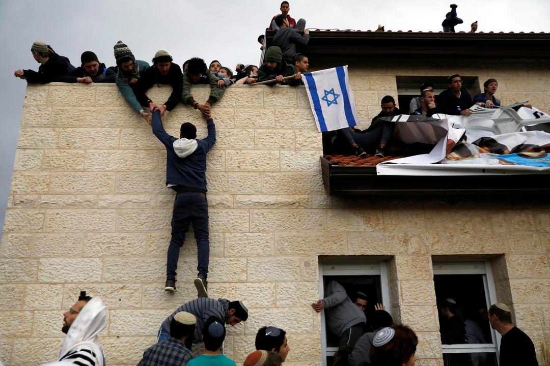屋根に上る活動家