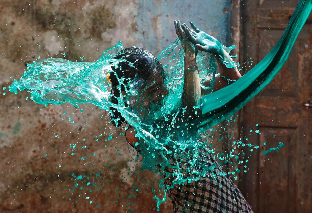 色水をかけられた少女