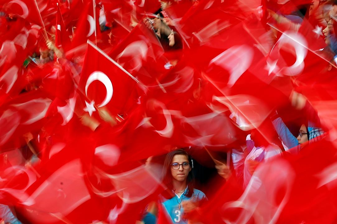 トルコ国旗を振る学生たち
