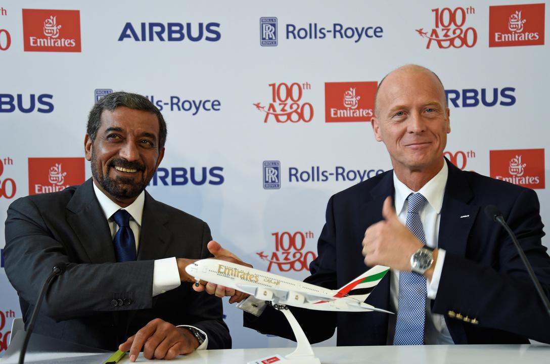 左はエミレーツ航空CEOシェイク・アハメッド・ビン・サイード・アル・マクトゥーム氏