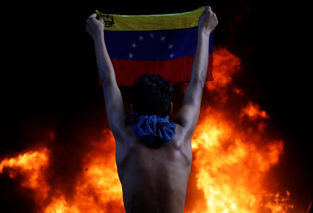 炎と抗議者
