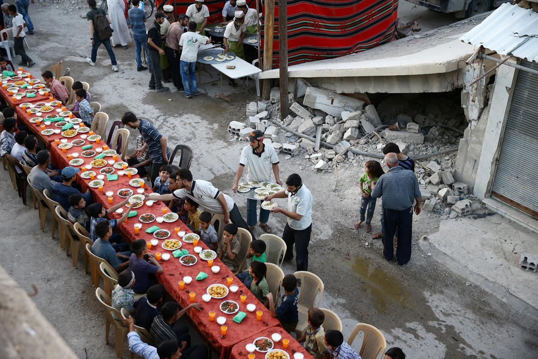 イフタールに集まる人々