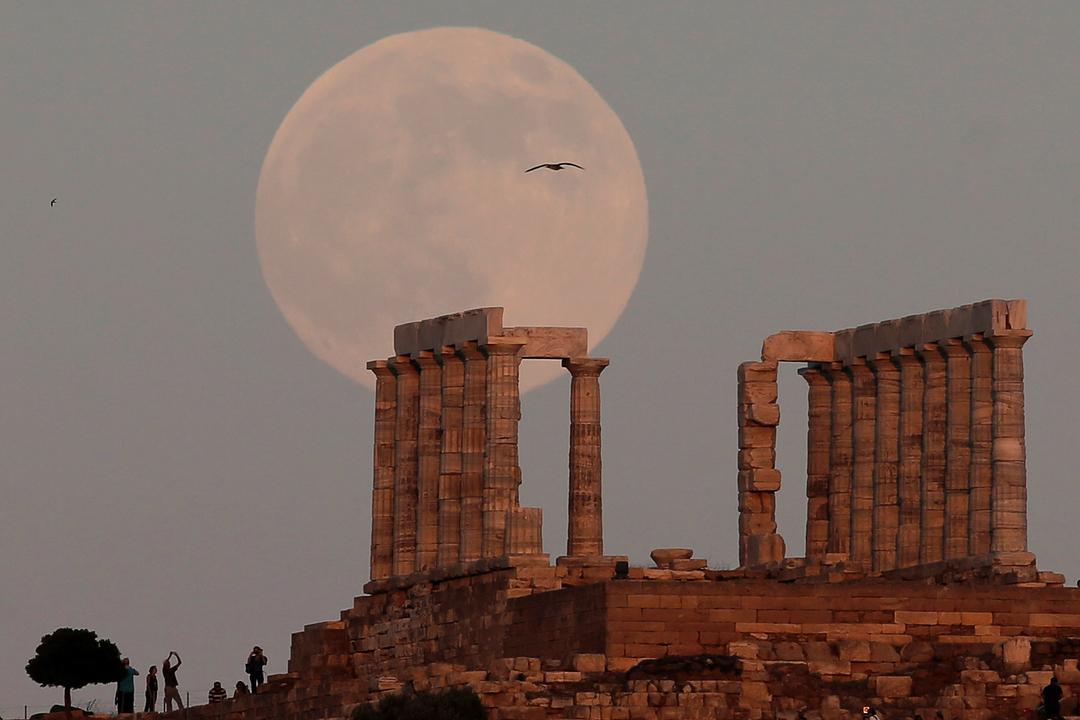 ポセイドン神殿と満月