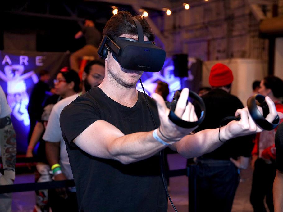 VRに興じる男性