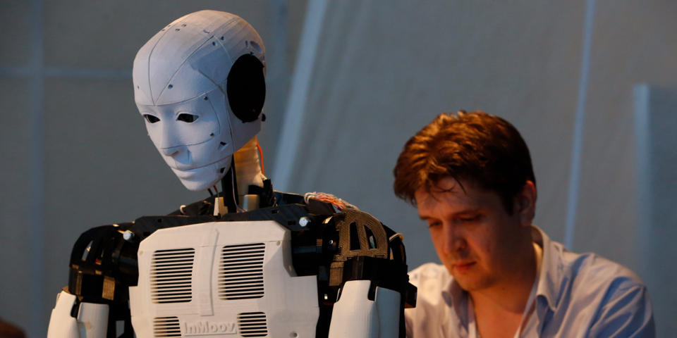 ロボットをいじる男性