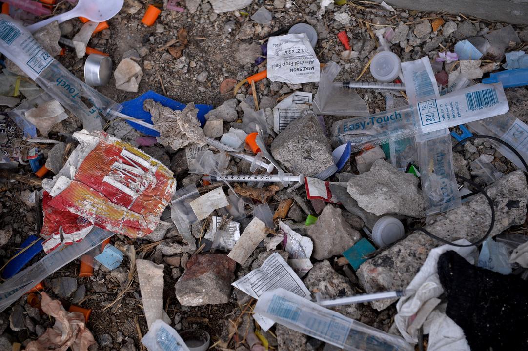 公園に捨てられたオピオイドを打つ針