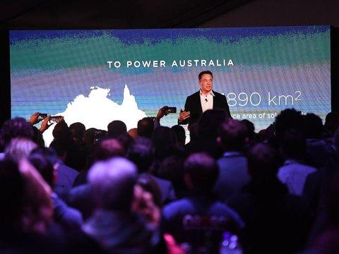 9月29日にオーストラリア・アデレードで開催されたテスラ・パワーパック・ローンチ・イベントでプレゼンを行うイーロン・マスク氏。
