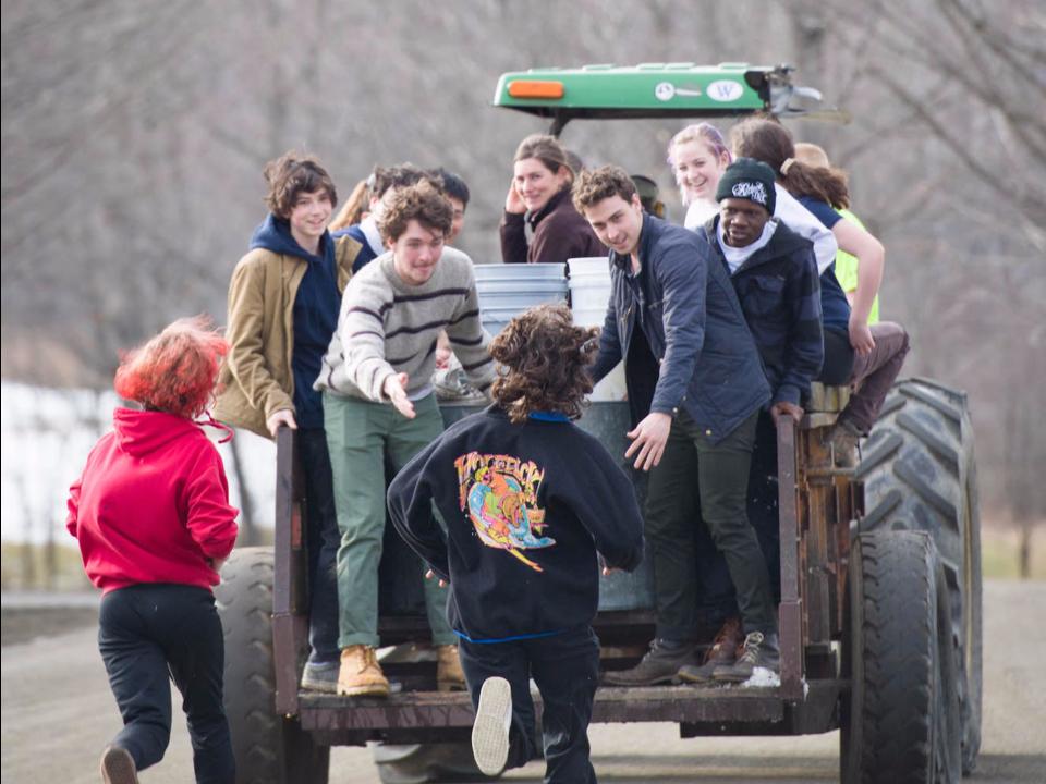 トラクターに乗る生徒たち