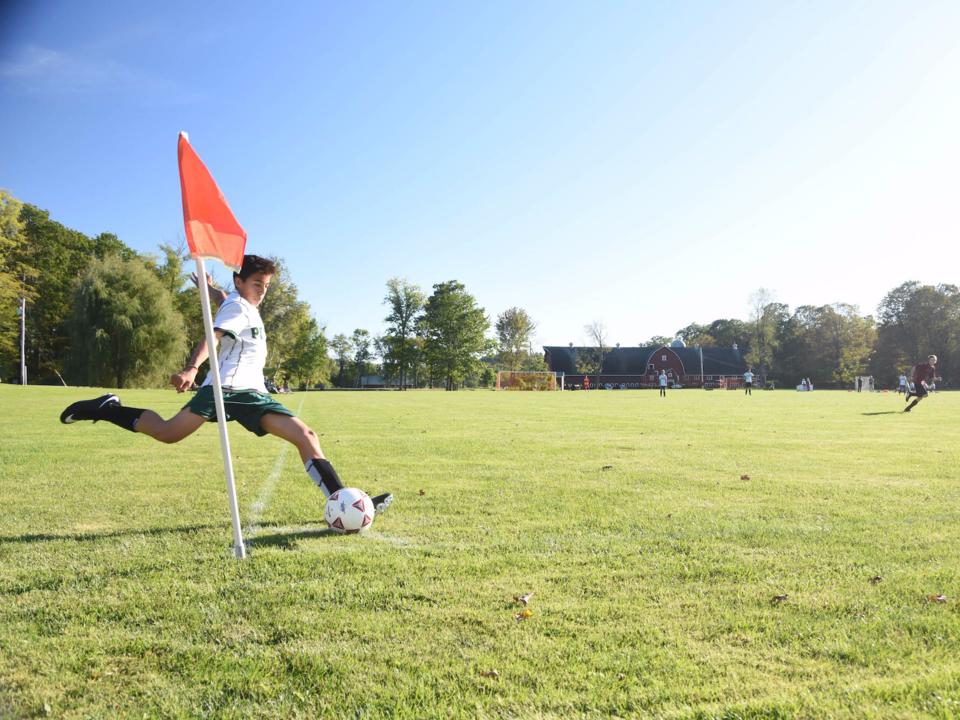 サッカーをする生徒
