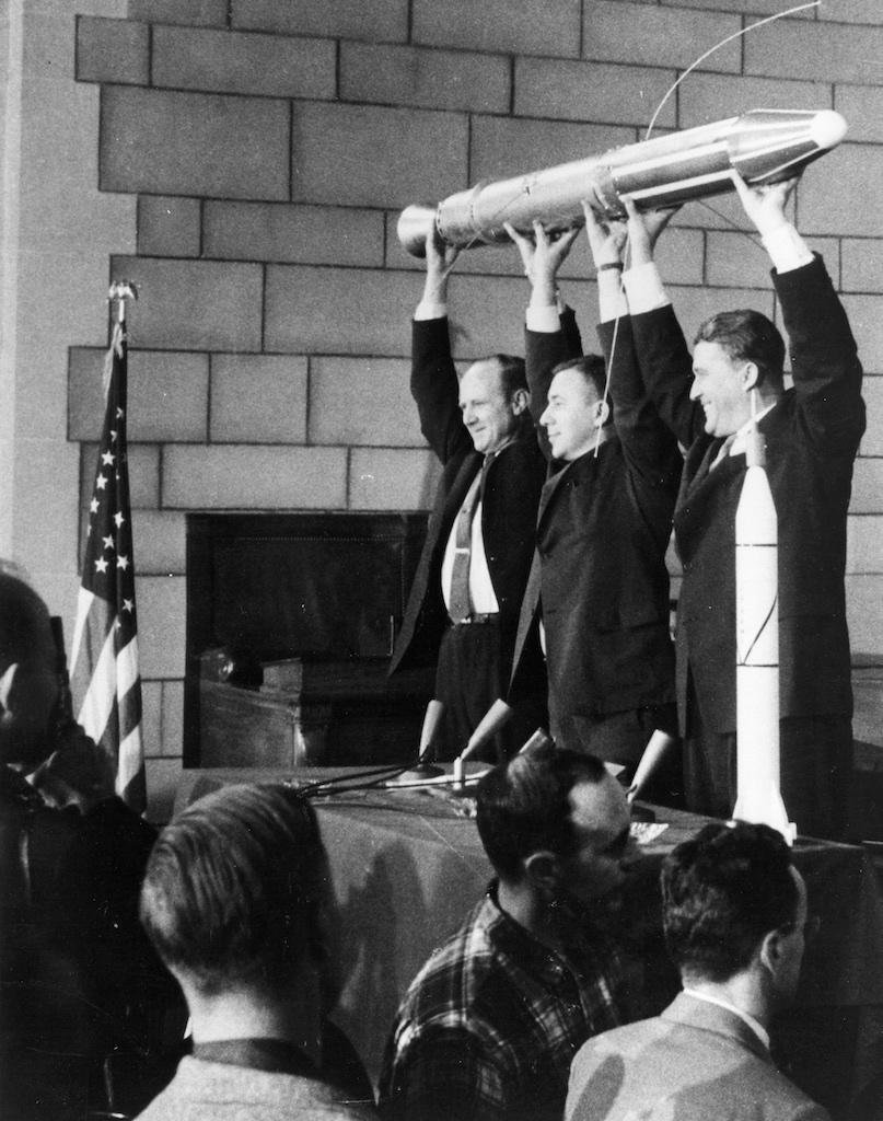 1958年、エクスプローラー1号を掲げる関係者たち
