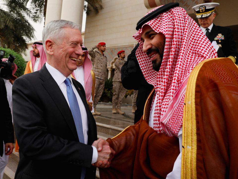 握手するマティス長官とムハンマド皇太子