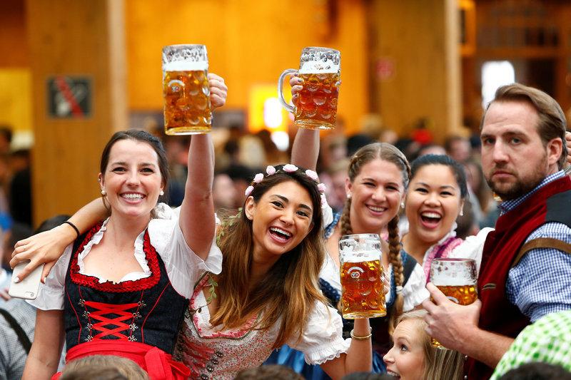 ビールを掲げる人たち