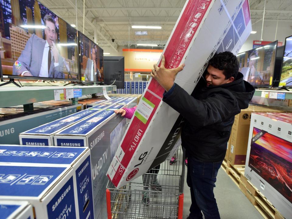 テレビを購入する男性