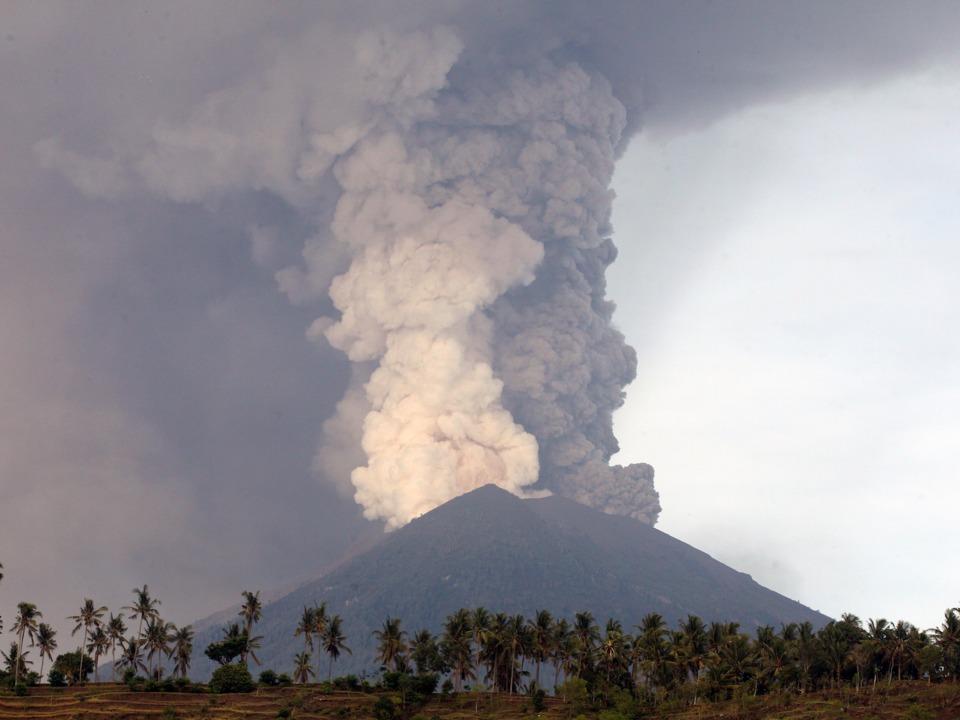 アグン山の噴火