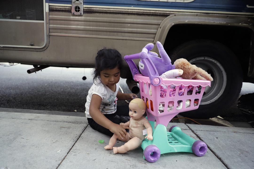路上で遊ぶ女の子