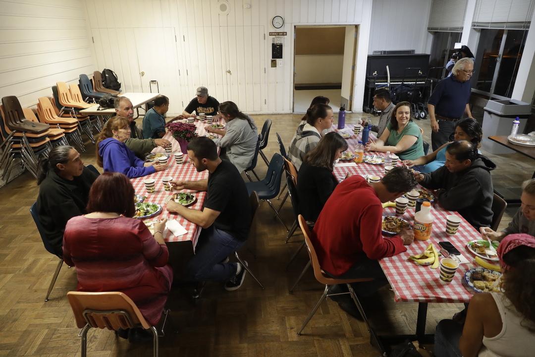 シェルターで食事をする人たち