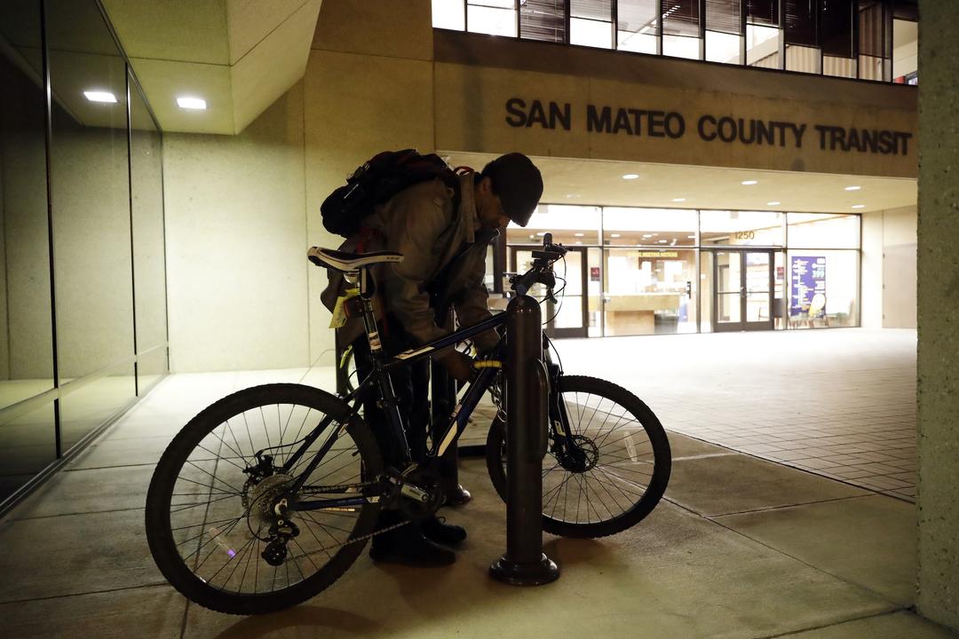 自転車を停める男性