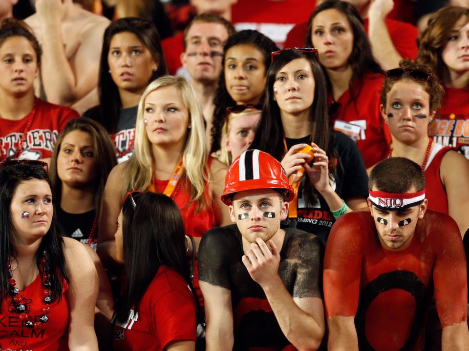 悲しむ大学スポーツファン
