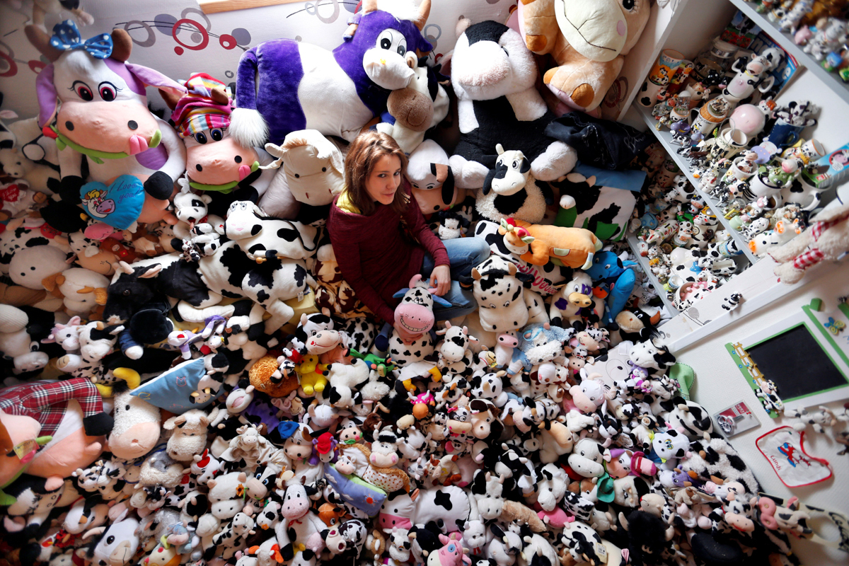 牛のおもちゃとポーズを取るフランス人モデル