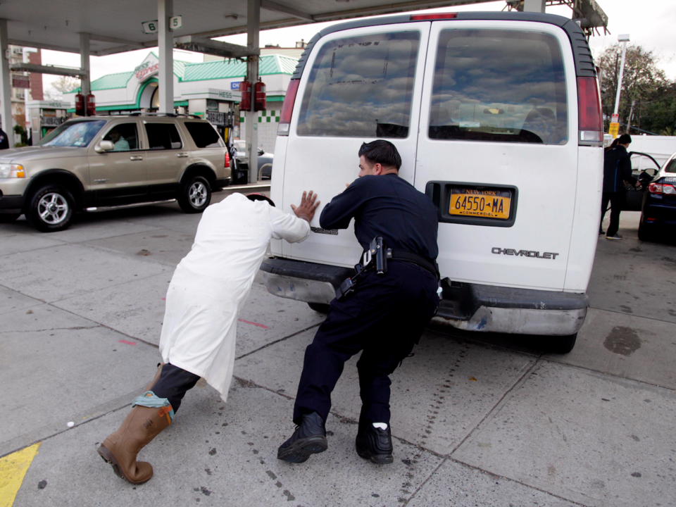 ガス欠で車を押す人たち
