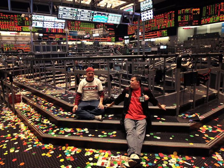証券取引所に座り込む2人の男性
