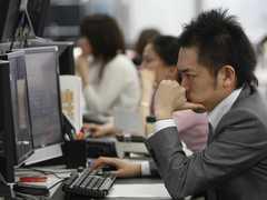 デスクワークをする日本人男性