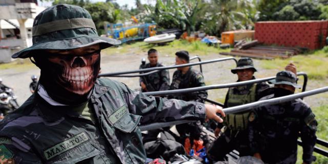 フィリピンのイリガン市でトラックに乗るフィリピン警察特殊部隊「スペシャル・アクション・フォース(SAF)」