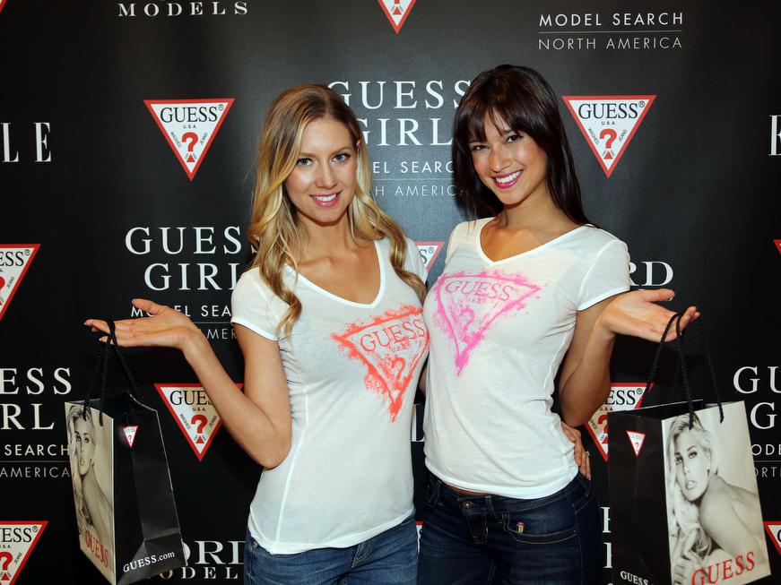 ゲスのロゴTシャツを着用した女性モデル2人