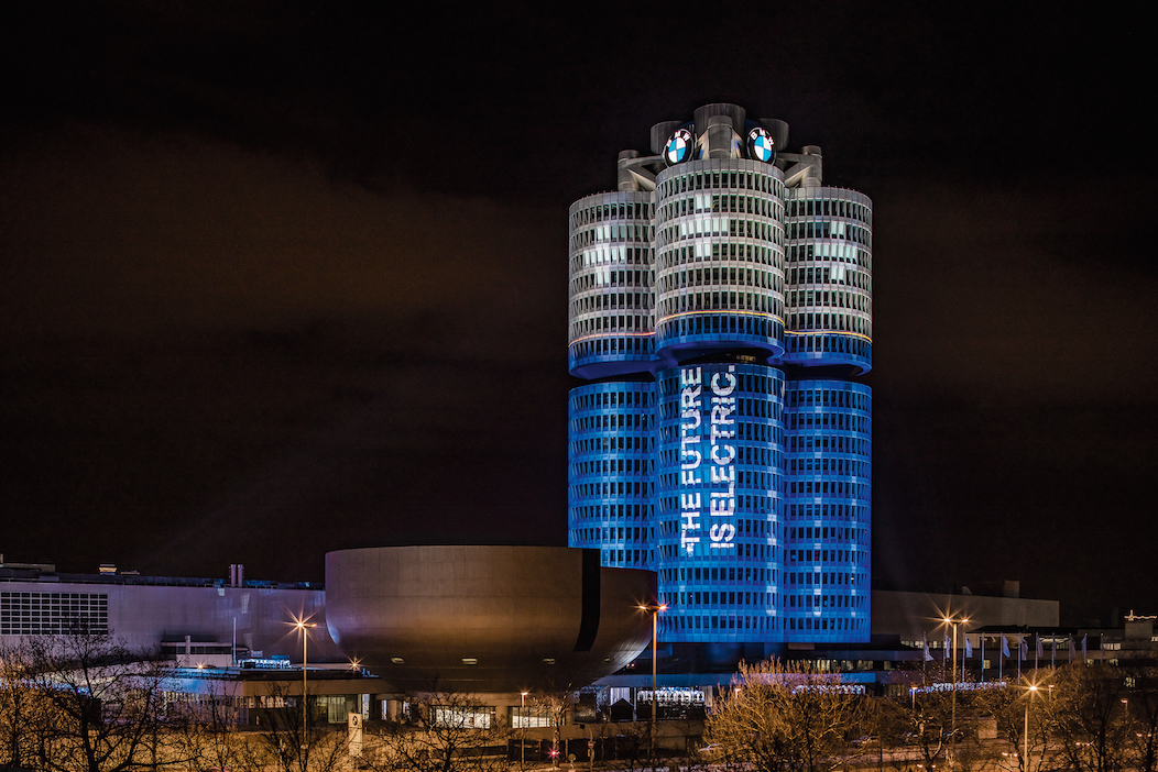 BMW本社ビル「4シリンダービル」のライトアップ
