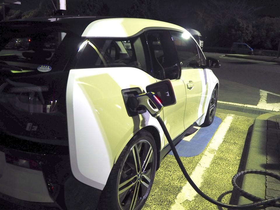 BMW i3充電中