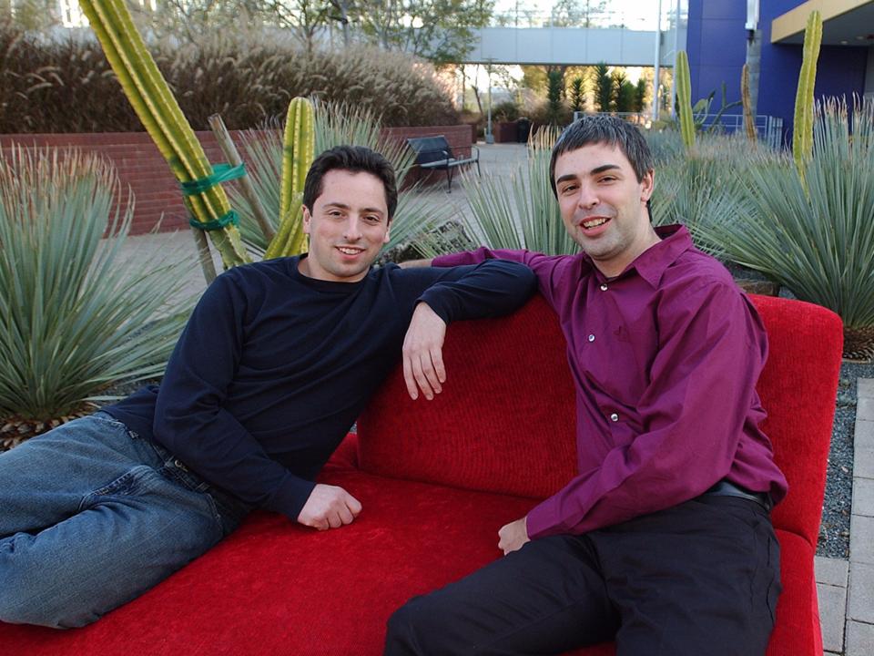 セルゲイ・ブリンとラリー・ペイジ。グーグル本社の外にて。カリフォルニア州マウンテン・ビュー、2000年。