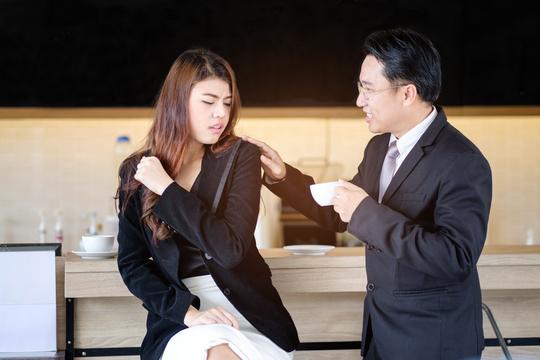 """「なぜ日本ではセクハラを笑ってスルーするの?」留学生が見た""""異様な""""光景"""