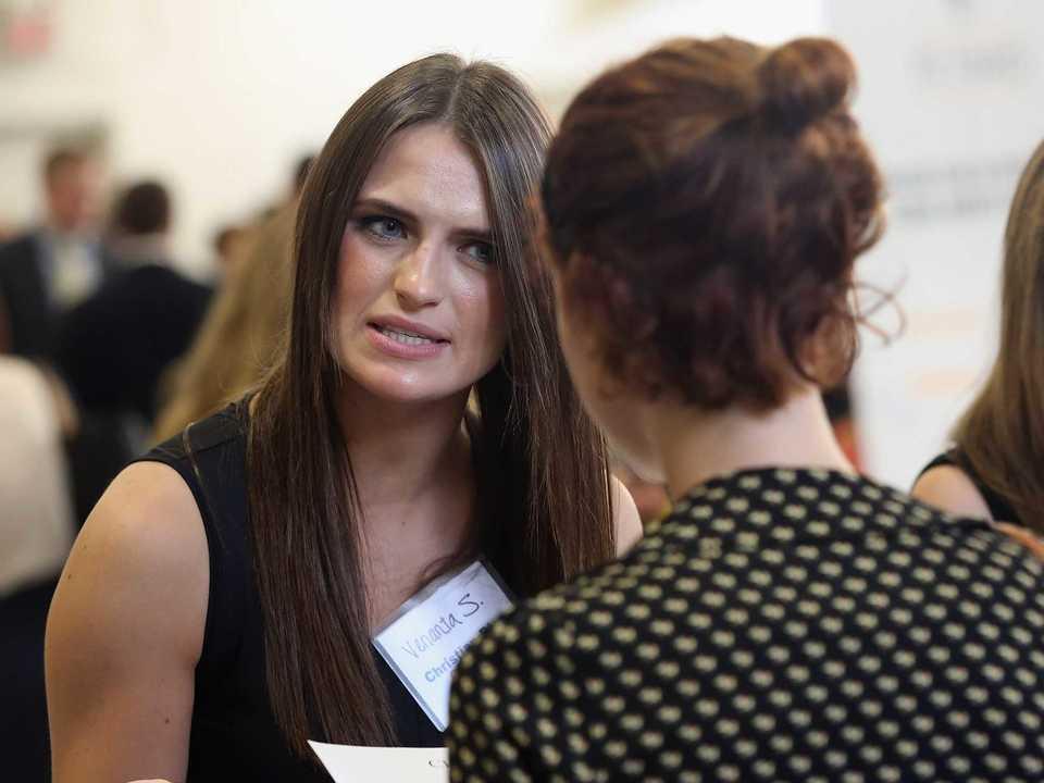 会話する女性2人