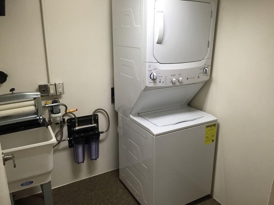 シェルター内の洗濯機と乾燥機