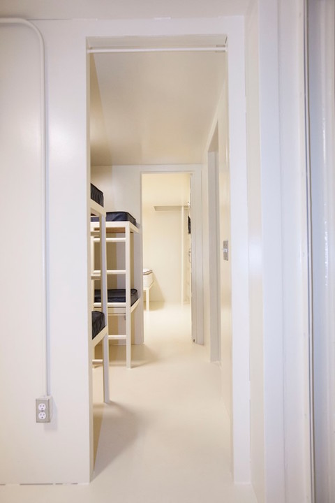 シェルター内に見える2つの寝室